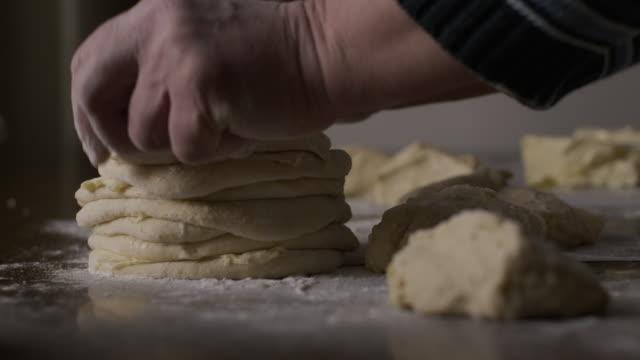 高級婦女烘焙。手工股票視頻製作餡餅麵團的過程 - 生食 個影片檔及 b 捲影像