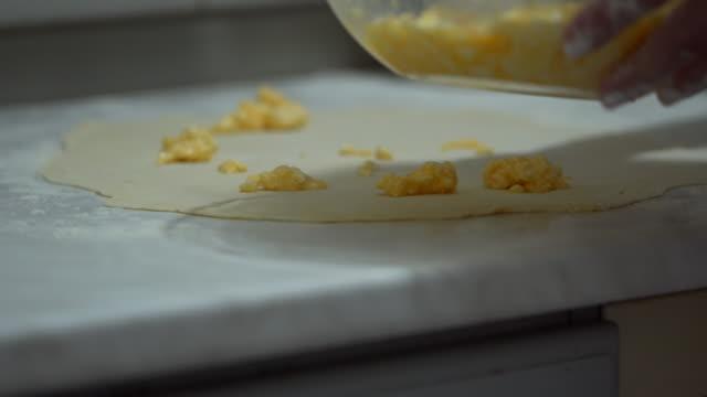 vídeos de stock, filmes e b-roll de mulher sênior assando. o processo de fazer massa de torta à mão - 50 59 years