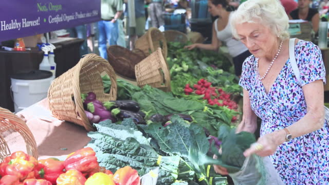 vidéos et rushes de ms senior woman buying vegetables at urban farmer's market / portland, oregon, usa - d'ascendance européenne