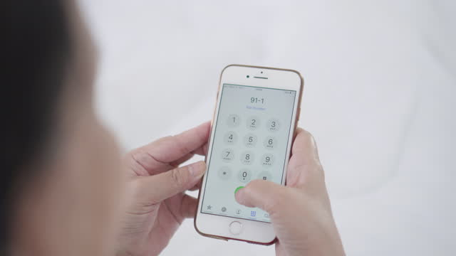 senior kvinna ring 911 för akut fråga - slå ett nummer bildbanksvideor och videomaterial från bakom kulisserna