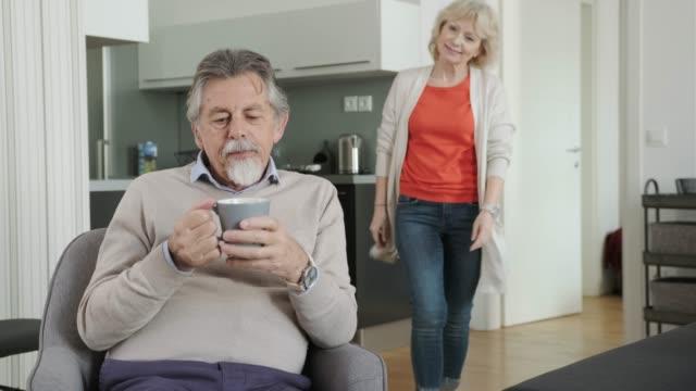 vidéos et rushes de femme âgée vérifiant son mari - 60 64 ans