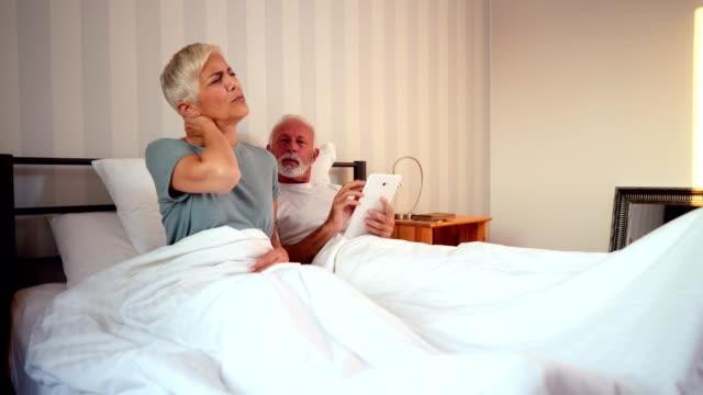 vidéos et rushes de haute femme se plaint de douleurs au cou - seniornaute