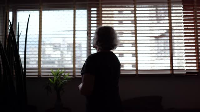 vídeos de stock, filmes e b-roll de idosa contemplando em casa - confinamento