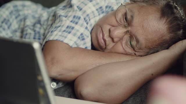 vídeos de stock, filmes e b-roll de mulher sênior contemplando - condição médica