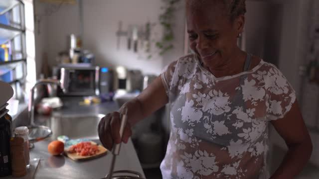 自宅でパスタを調理するシニア女性 - hobbies点の映像素材/bロール