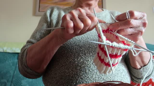 vídeos de stock e filmes b-roll de senior woman crocheting a pullover - tricotar