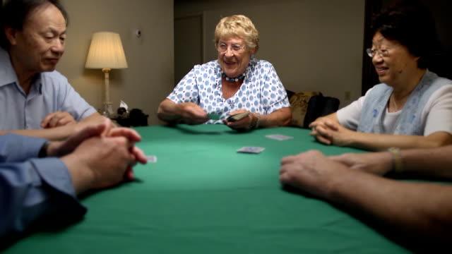 vidéos et rushes de femme âgée offres cartes - jouer aux jeux de hasard