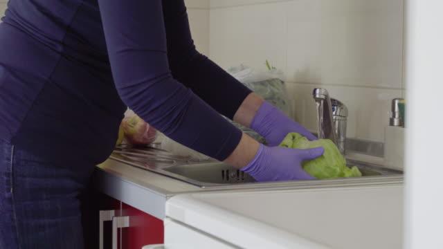 自宅で食料品を消毒する先輩女性 - 年配の女性点の映像素材/bロール