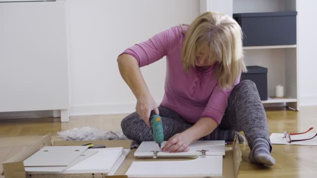 年配の女性 diy - 床に座る点の映像素材/bロール
