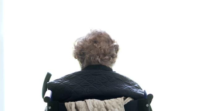 vidéos et rushes de haute femme faisant un exercice de physiothérapie - vue de dos