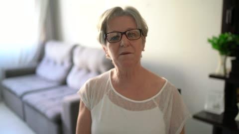 vídeos y material grabado en eventos de stock de mujer mayor haciendo una videollamada en casa - pov de la cámara - cámara