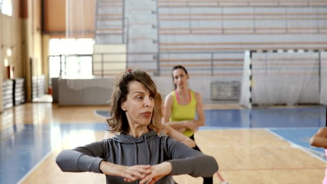 vídeos de stock, filmes e b-roll de mulher sênior que faz o exercício na classe aeróbia - adulto maduro