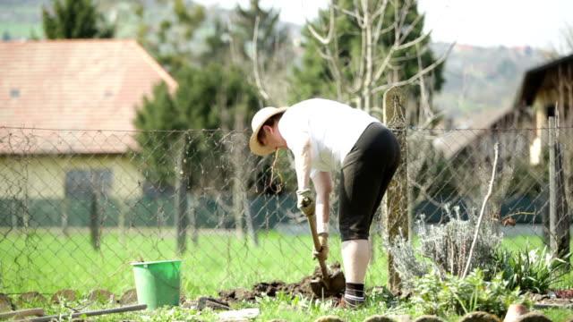 senior Frau Garten Arbeit tun