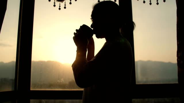 vídeos de stock e filmes b-roll de senior woman drinking a cup of coffee - café bebida