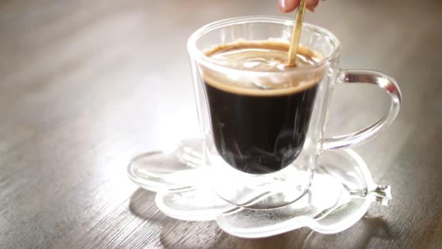 ältere frau kaffee trinken - behaglich stock-videos und b-roll-filmmaterial