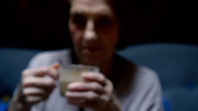 Senior Femme buvant un café