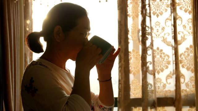 良いティータイムを楽しむ先輩女性 - coffee cup点の映像素材/bロール