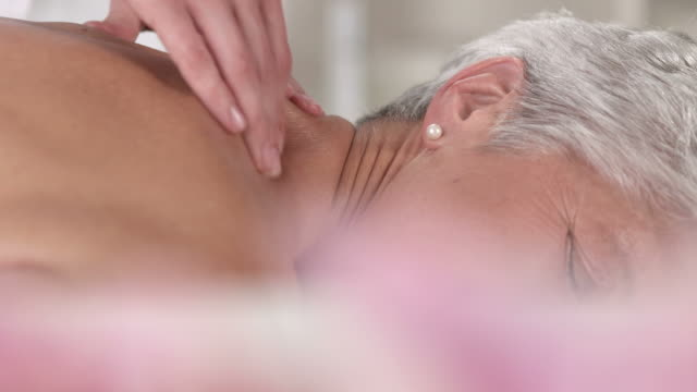 stockvideo's en b-roll-footage met hd dolly: senior woman enjoying back massage - massage table