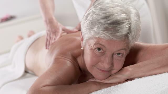 HD: Senior Frau genießen eine Rückenmassage