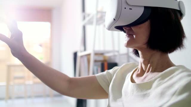 seniorin begeistert in virtueller realität - schutzbrille freisteller stock-videos und b-roll-filmmaterial