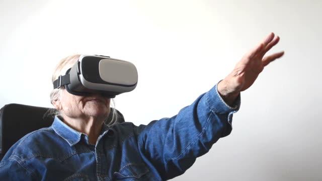 ältere frau virtuell erkunden - virtuelle realität stock-videos und b-roll-filmmaterial