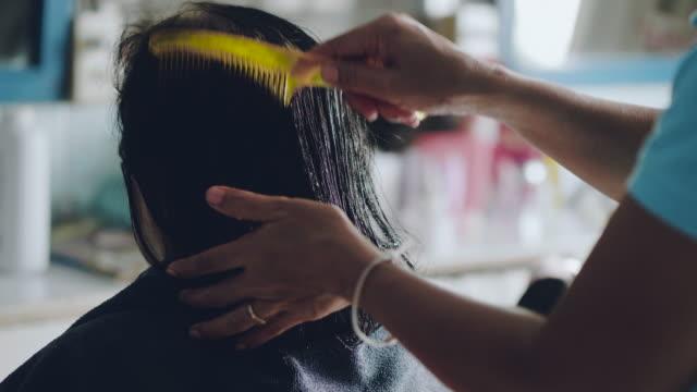 vidéos et rushes de haute femme obtenir sa coupe de cheveux et les cheveux séchés au salon de coiffure. - miroir ancien
