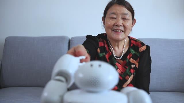 屋内ロボットとの先輩女性挨拶 - robot点の映像素材/bロール