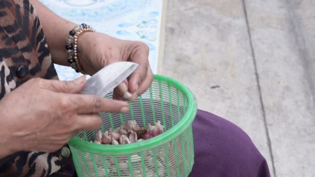 senior woman hands peeling garlic - garlic stock videos & royalty-free footage