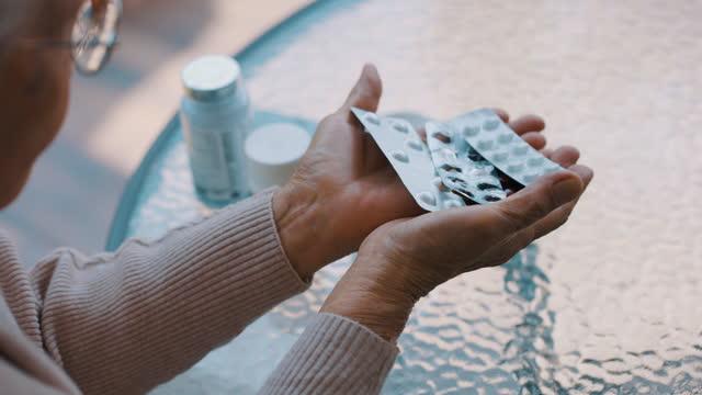 vídeos y material grabado en eventos de stock de manos de mujer mayor con pastillas cápsula - vitamina a