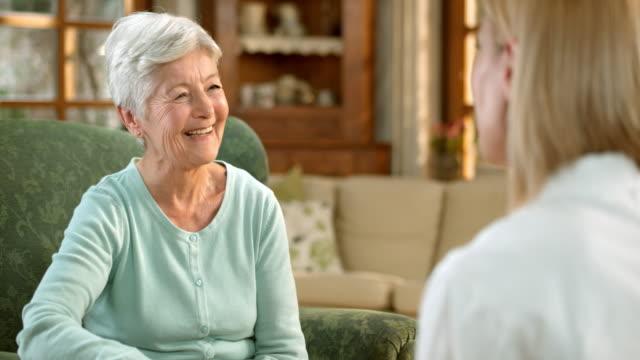 vídeos de stock e filmes b-roll de tu idosa tendo uma médicos consulta em sua casa - lar de terceira idade