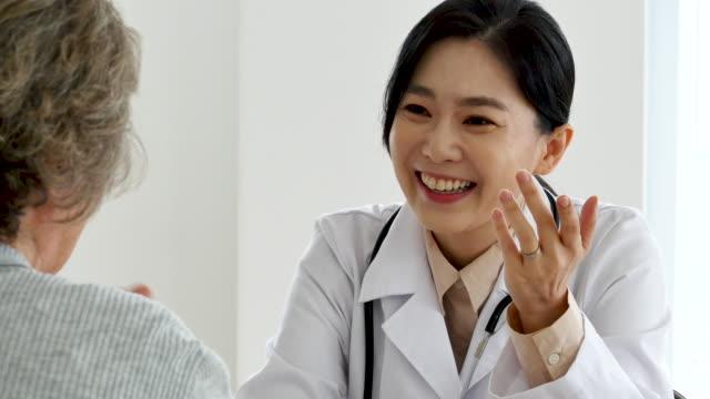 vídeos y material grabado en eventos de stock de senior woman having medical exams in doctor's office - fiabilidad