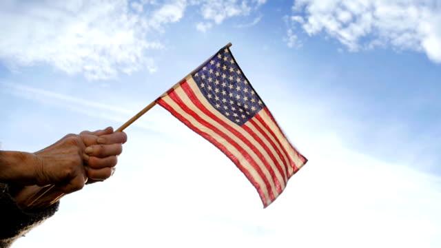シニアを持っている女性アメリカの国旗 - 市民点の映像素材/bロール