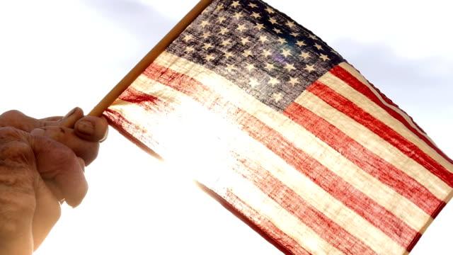 シニアを持っている女性米国の旗 - 市民点の映像素材/bロール