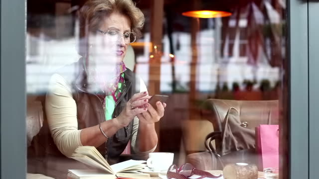 senior frau in café - kurzes haar stock-videos und b-roll-filmmaterial