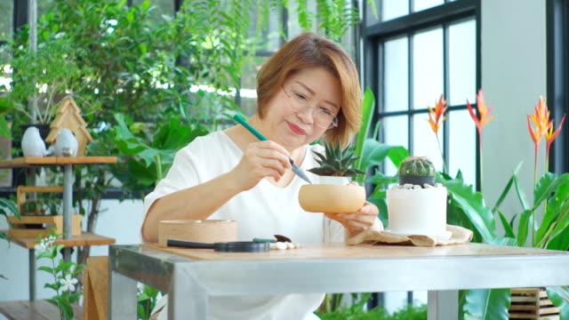 温室庭園の先輩女性。 - 中年点の映像素材/bロール