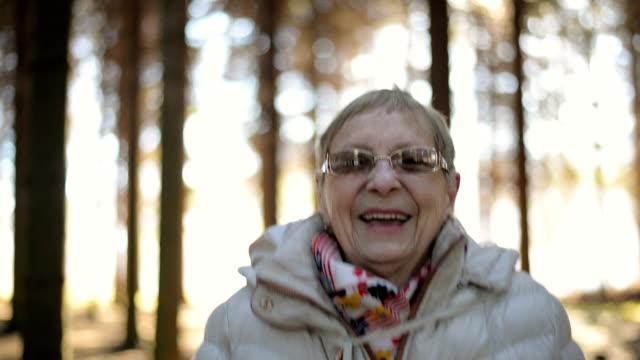 stockvideo's en b-roll-footage met senior vrouw in de natuur - extatisch