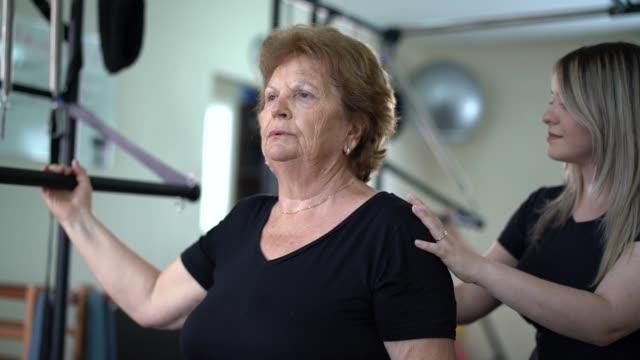 vídeos de stock, filmes e b-roll de mulher sênior em reabilitação física - physical injury