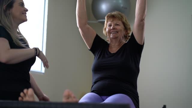 vídeos y material grabado en eventos de stock de mujer senior en rehabilitación física - fisioterapia deportiva