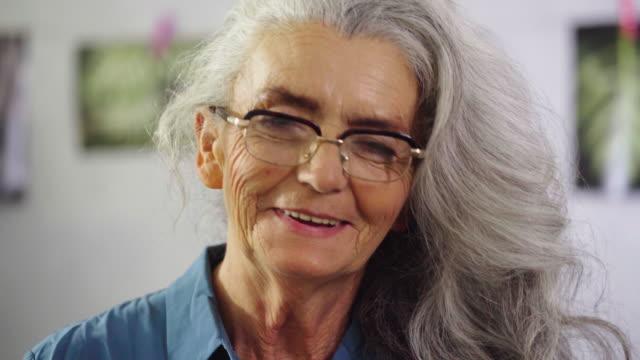 seniorin wie ihre pflanzen - lang stock-videos und b-roll-filmmaterial