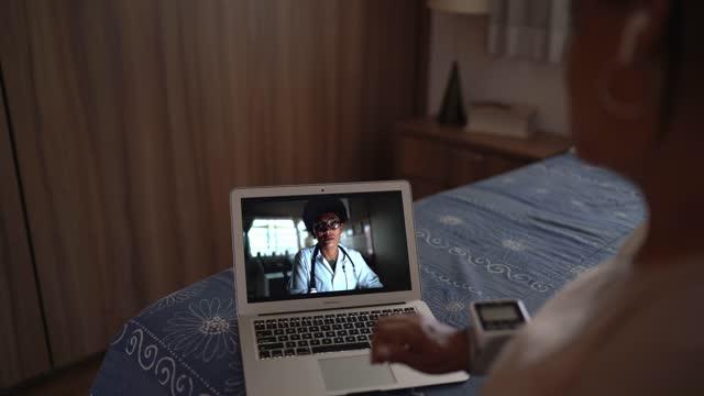 vídeos y material grabado en eventos de stock de mujer mayor en una videomeda de telemedicina con un médico en casa - evento virtual