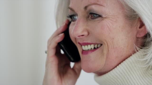 vídeos de stock, filmes e b-roll de cu senior woman on mobile phone laughing and smiling - batom rosa