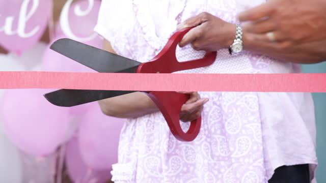 vídeos de stock e filmes b-roll de senior woman opening new business - amador