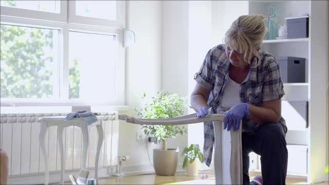 vídeos y material grabado en eventos de stock de mujer mayor pintando muebles - reparar