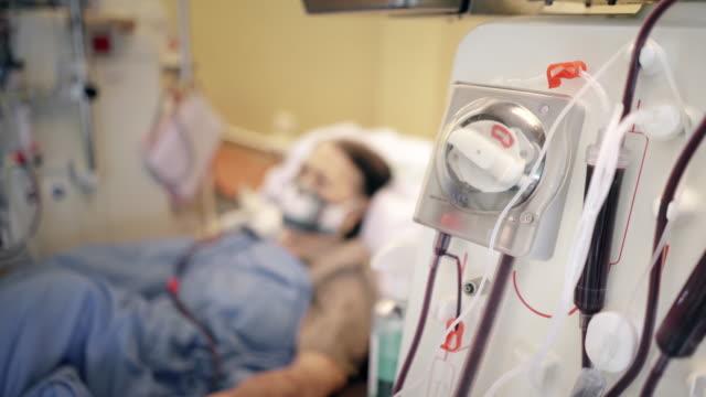stockvideo's en b-roll-footage met hogere vrouwenpatiënt tijdens hemodialyse in het ziekenhuis - chronische ziekte