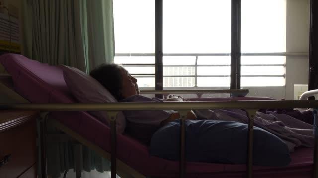 Senior Frau liegen im Krankenbett des Patienten im Krankenhaus