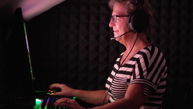 Senior kvinna som spelar dataspel