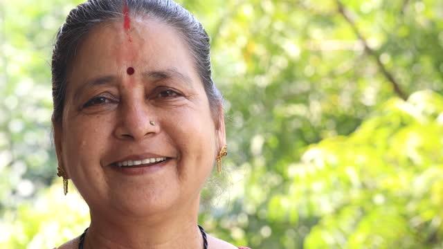 vídeos de stock, filmes e b-roll de retrato de mulher sênior - indian ethnicity