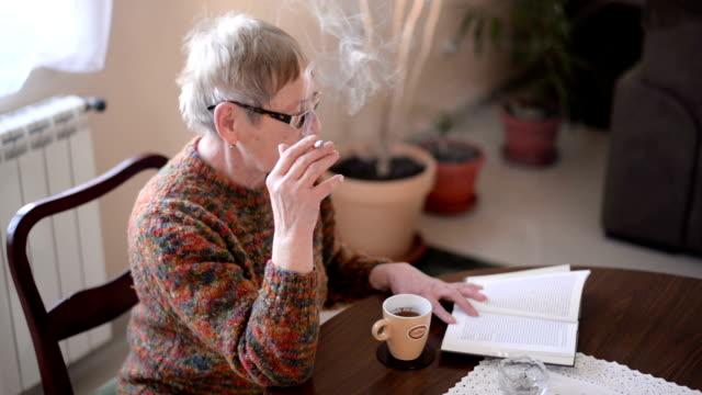 senior frau entspannend wie zu hause fühlen. - serene people stock-videos und b-roll-filmmaterial