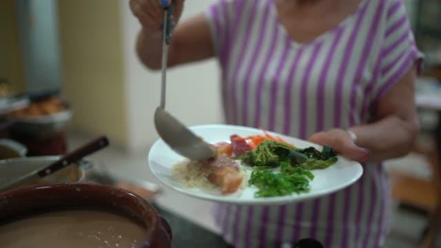 vídeos de stock, filmes e b-roll de mulher idosa selecionando alimentos no autoatendimento - arroz alimento básico
