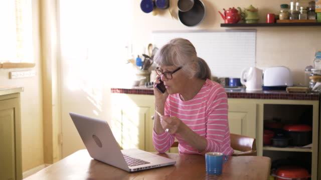 vídeos de stock e filmes b-roll de senior woman shopping online with a credit card - idoso na internet